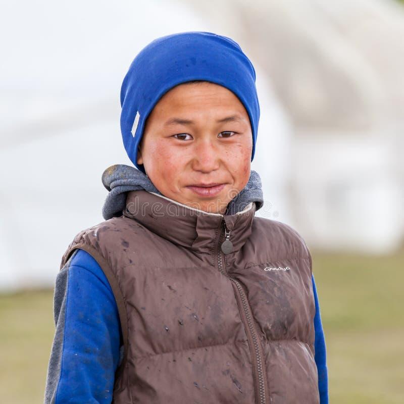 Gente kirguizia joven en la canción Kul del lago imágenes de archivo libres de regalías