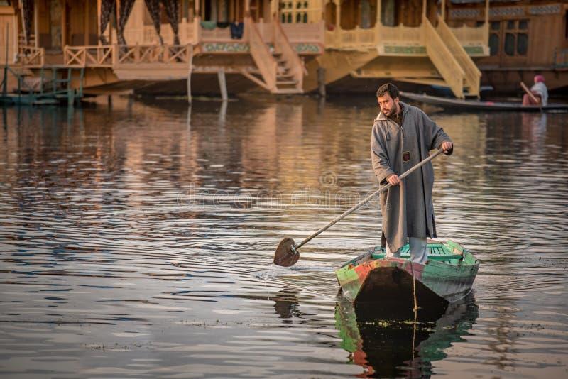 Gente local de Cachemira en el lago Dal, Srinagar, la India foto de archivo