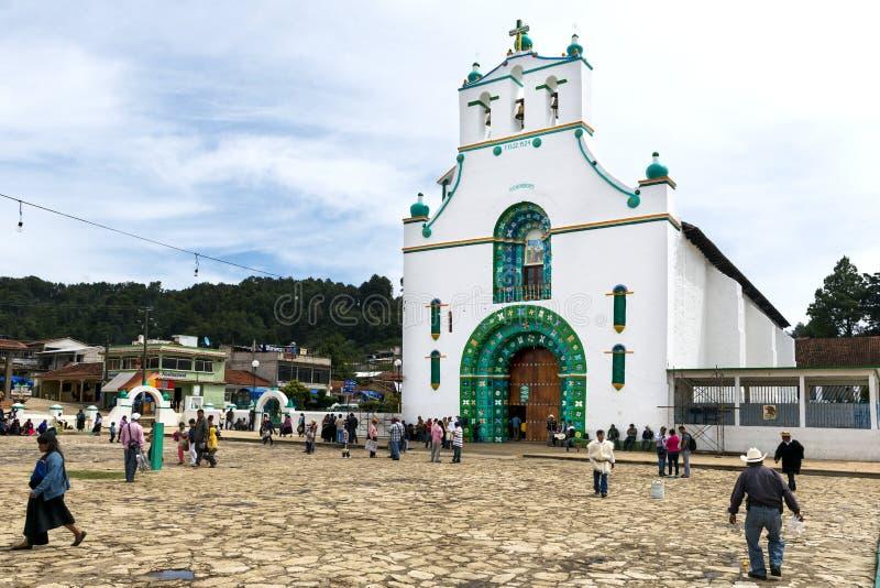 Gente local delante de la iglesia de San Juan en la ciudad de San Juan Chamula, Chiapas, México fotografía de archivo libre de regalías