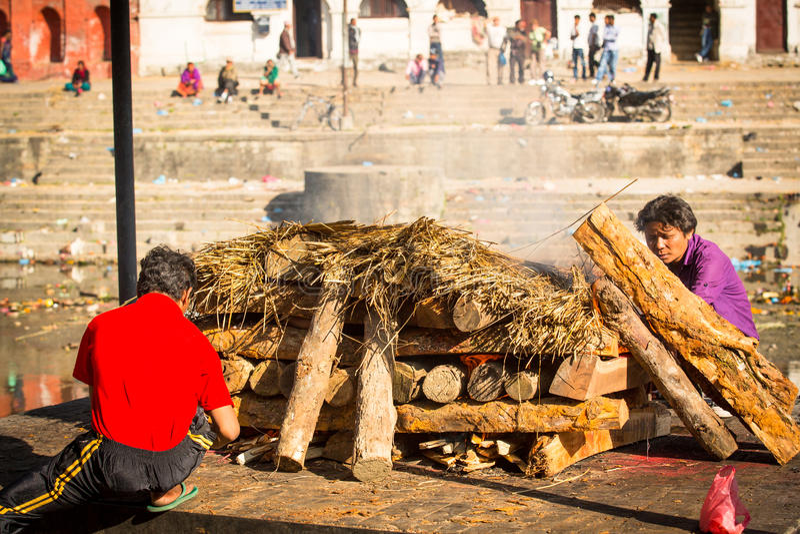 Gente local no identificada durante la ceremonia de la cremación a lo largo del río santo de Bagmati fotos de archivo libres de regalías