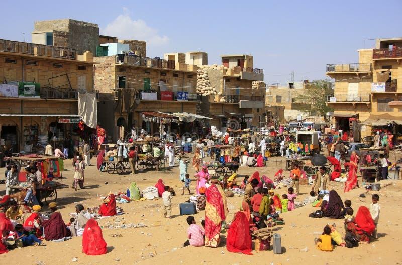 Gente local que hace compras en la plaza del mercado en Jaisalmer, la India fotografía de archivo