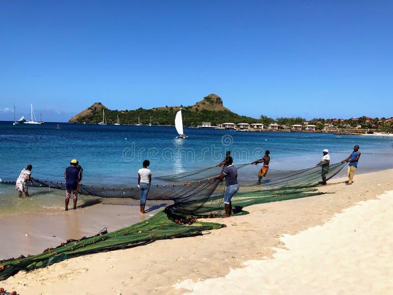 Gente local que recoge redes de pesca foto de archivo libre de regalías