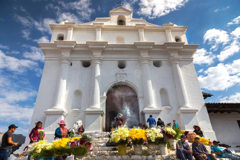 Gente local que vende el día amarillo Guatemala de Roman Catholic Church Chichicastenango Market de las flores imagen de archivo
