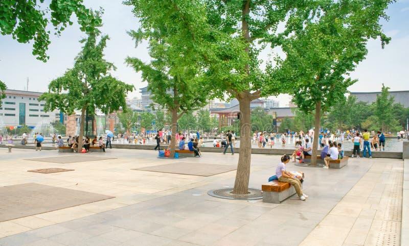 Gente local y turistas sin llamar y que juegan con agua el día de verano en la fuente de la música, cuadrado de la pagoda de Daya foto de archivo