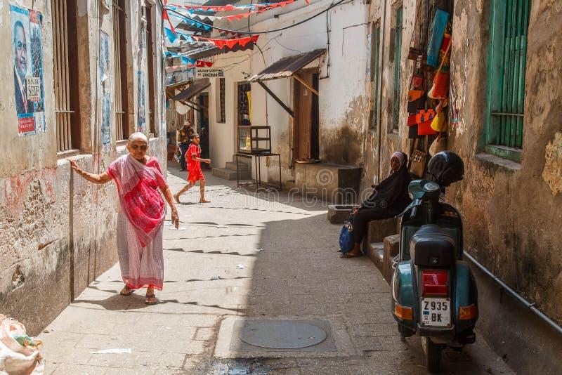 Gente locale su un quadrato in città di pietra La città di pietra è la vecchia parte della città di Zanzibar, la capitale di Zanz immagine stock