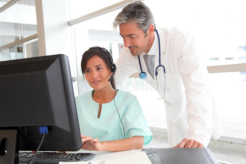 Gente médica delante del ordenador imagen de archivo libre de regalías