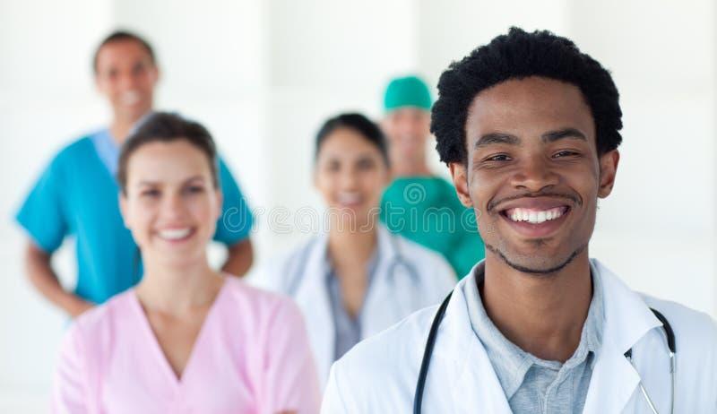 Gente médica Multi-ethnic que sonríe en la cámara fotografía de archivo