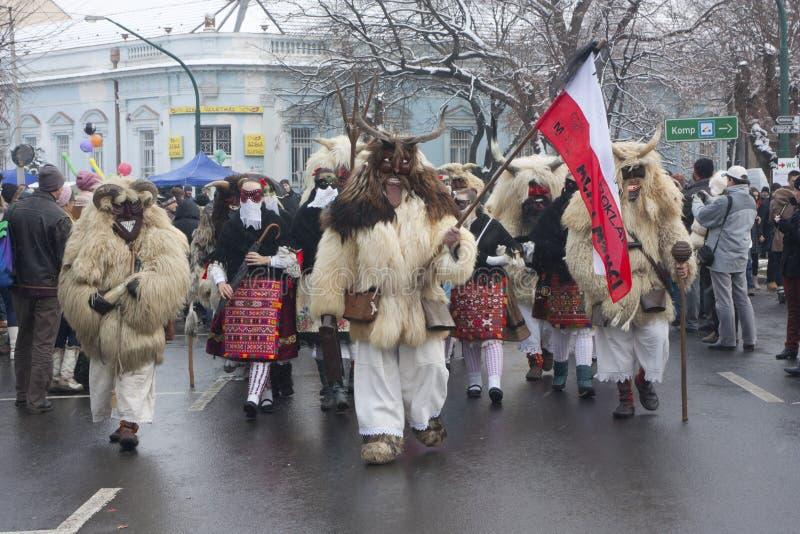 Gente in marcia in maschera e costume immagini stock