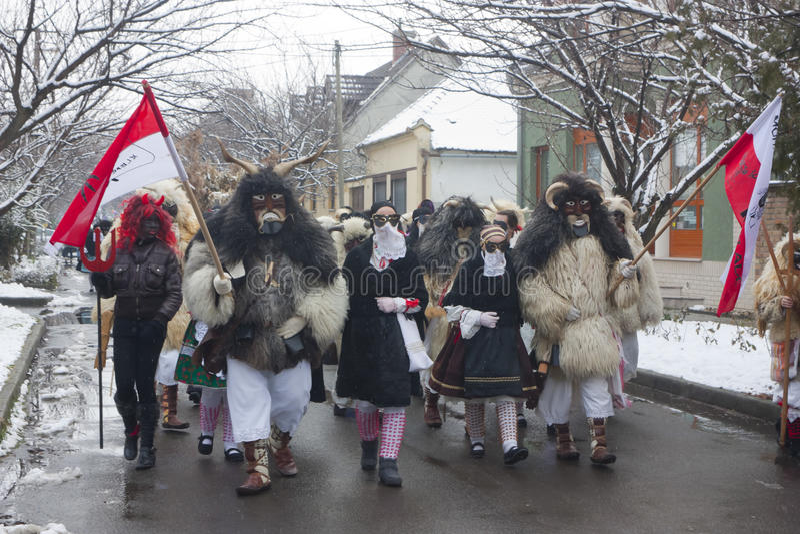 Gente in marcia in maschera e costume fotografia stock