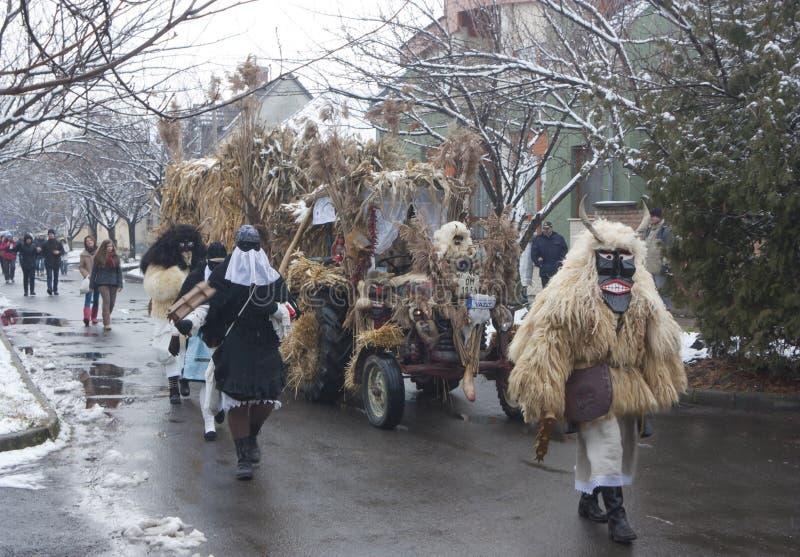 Gente in marcia in maschera e costume immagine stock