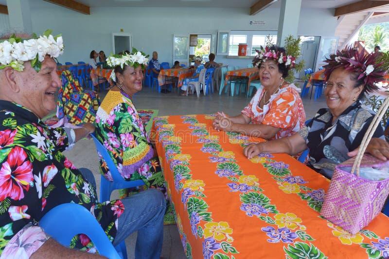 Gente matura di Islanders del cuoco che si siede insieme nel cuoco di Rarotonga fotografie stock libere da diritti