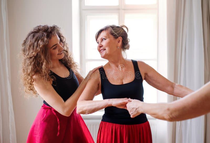 Gente mayor en clase de baile con el profesor de la danza foto de archivo