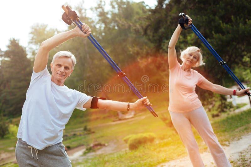 Gente mayor positiva que hace ejercicios de doblez foto de archivo libre de regalías