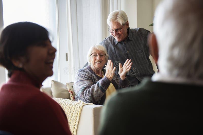 Gente mayor que habla en una sala de estar fotografía de archivo libre de regalías