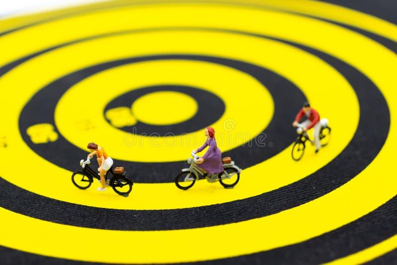 Gente miniatura: Ciclando sulla pista Uso di immagine per concorrenza della società corrente fotografia stock