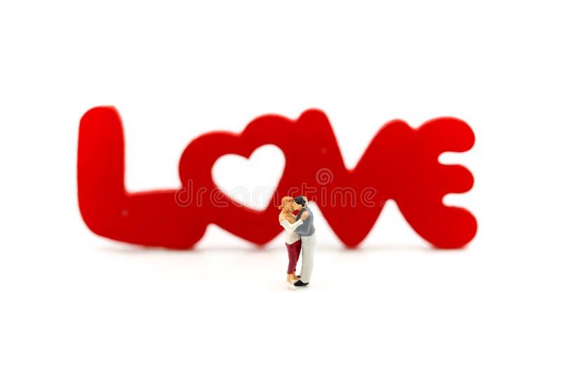 Gente miniatura: Coppie di amore con il blocco di legno immagini stock