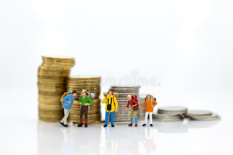 Gente miniatura: El grupo turístico va a viajar los lugares y a tener costos para el turismo Uso de la imagen para el negocio del imágenes de archivo libres de regalías