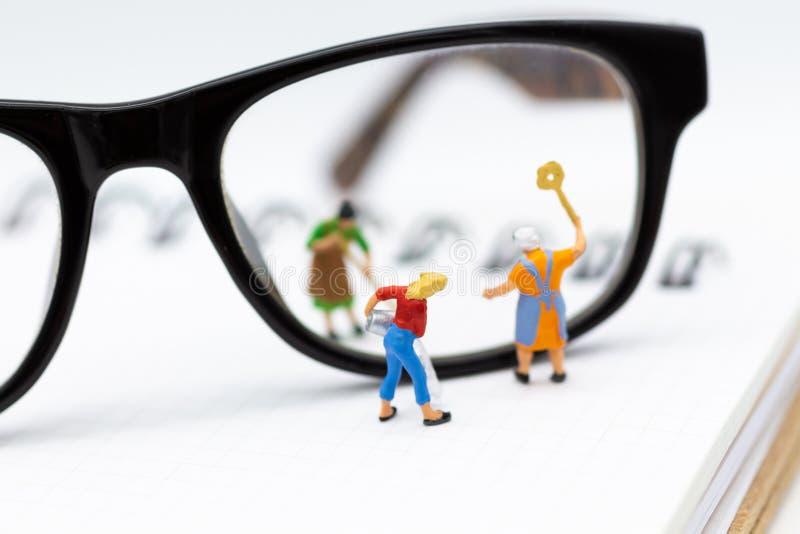 Gente miniatura: El trabajador está limpiando los vidrios Uso de la imagen para el concepto del negocio del fondo imagen de archivo libre de regalías