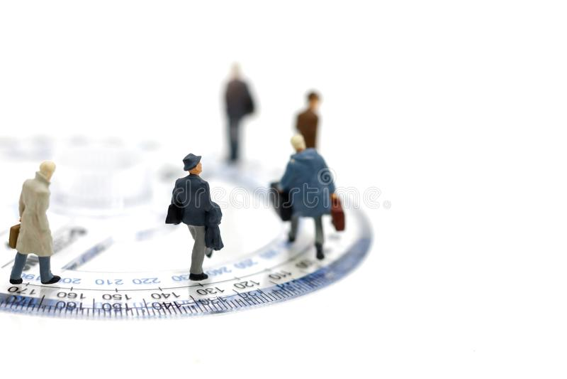 Gente miniatura: Equipo del negocio que camina en regla del círculo foto de archivo libre de regalías