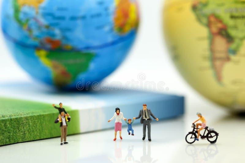 Gente miniatura: Famiglia e bambini in parco usando per il concetto immagine stock