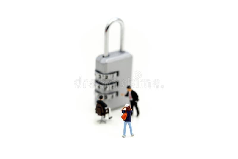 Gente miniatura: fotógrafo que tira a un hombre de negocios con la cerradura imagen de archivo