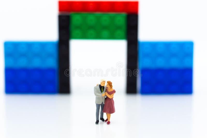 Gente miniatura: Frente abrazado pares del área de la casa Uso de la imagen para el día del ` s de la tarjeta del día de San Vale foto de archivo libre de regalías