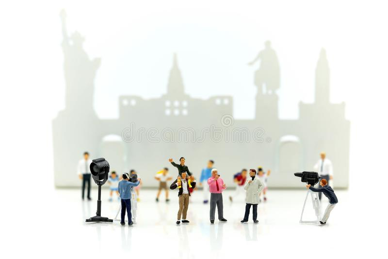 Gente miniatura: giornalisti, cineoperatore, Videographer al wo fotografia stock libera da diritti
