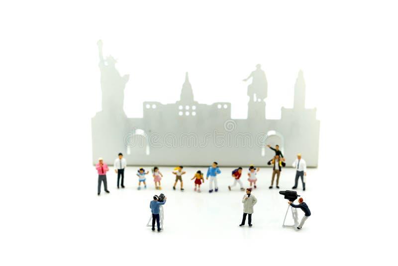 Gente miniatura: giornalisti, cineoperatore, Videographer al wo immagine stock libera da diritti