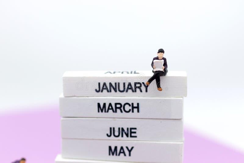 Gente miniatura: Gli insegnanti alla scuola preparano il contenuto per gli studenti d'istruzione Uso di immagine per il concetto  immagini stock libere da diritti