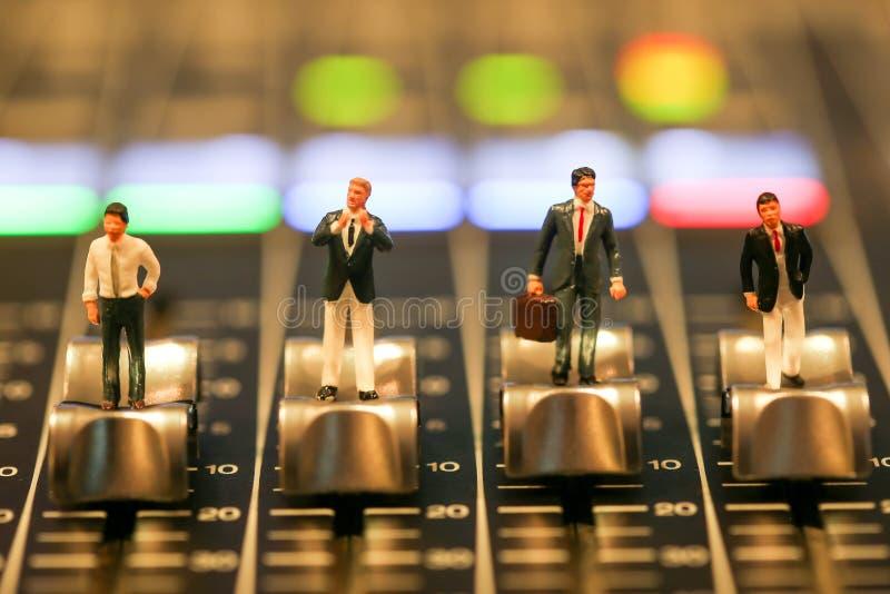 Gente miniatura: hombre de negocios que se sienta en el audio profesional MI fotografía de archivo