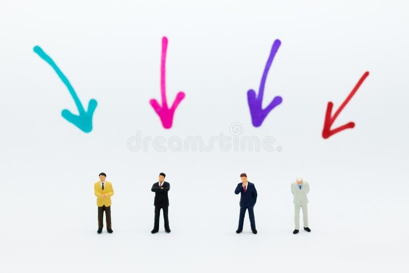 Gente miniatura: Il gruppo di uomini d'affari lavora con il gruppo, usando come scelta del fondo dell'impiegato più adatto, ora,  immagini stock