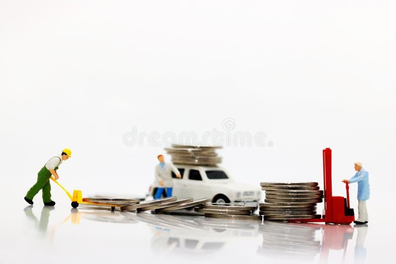 Gente miniatura: il trasporto dei lavoratori conia i soldi con l'automobile, Concep immagini stock libere da diritti