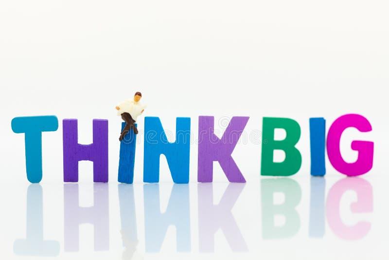 Gente miniatura: L'uomo d'affari con testo PENSA GRANDE Uso di immagine per l'idea, concetto di affari fotografia stock