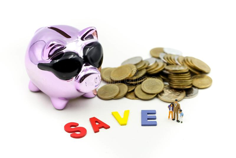 Gente miniatura: La familia enseña a los niños saveing monedas del dinero con la hucha, enseña a sus niños a ahorrar día imágenes de archivo libres de regalías