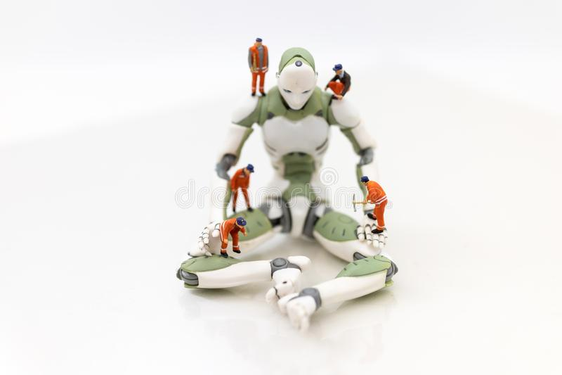 Gente miniatura: La ingeniería está desarrollando un sistema del robot del AI, usando trabajo en vez de gente Uso de la imagen pa imágenes de archivo libres de regalías
