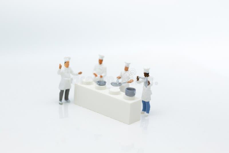Gente miniatura: Los cocineros están preparando la comida para el cocinero en cocina Uso de la imagen para la nuevos creación del fotografía de archivo