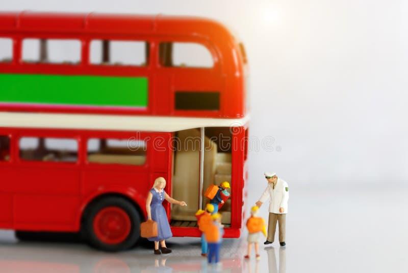 Gente miniatura, niños que consiguen en el schoolbus con el profesor fotos de archivo libres de regalías
