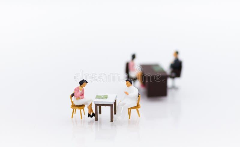 Gente miniatura: Reunión del hombre de negocios con el empleado para las entrevistas de trabajo, ofertas de empleo Uso de la imag fotografía de archivo libre de regalías