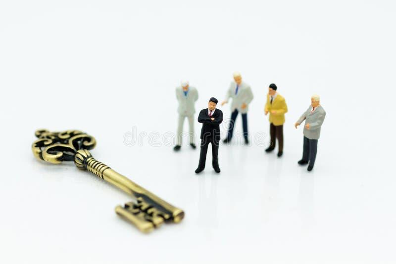 Gente miniatura: Soporte de los hombres de negocios del grupo con la llave principal Uso para el hombre dominante, la llave de la imágenes de archivo libres de regalías