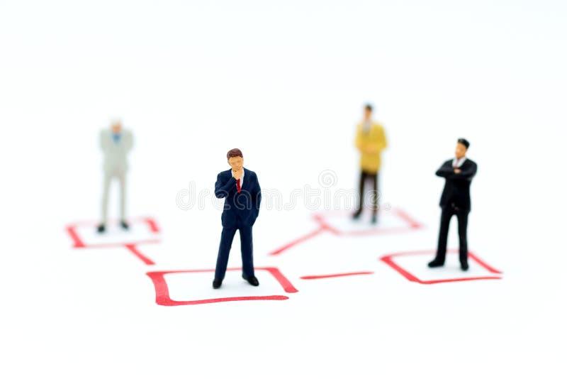 Gente miniatura: Soporte del hombre de negocios en diversas posiciones Uso de la imagen para el ciclo de negocio, responsabilidad foto de archivo
