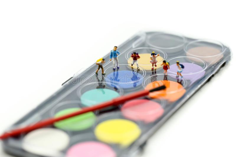 Gente miniatura: Studenti dei bambini con le pitture dell'acquerello e fotografia stock libera da diritti