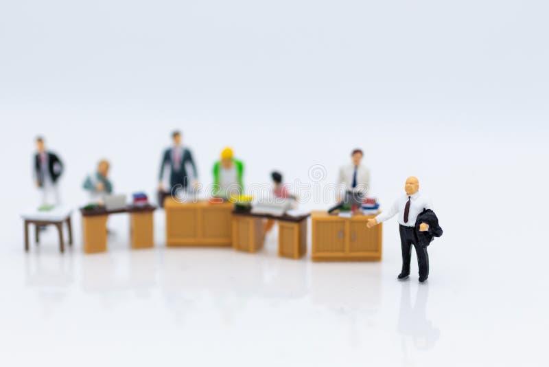 Gente miniatura: Trabajando en la oficina, hombre del sueldo, trabajo de desarrollo del talento Uso de la imagen para el trabajo  imagenes de archivo