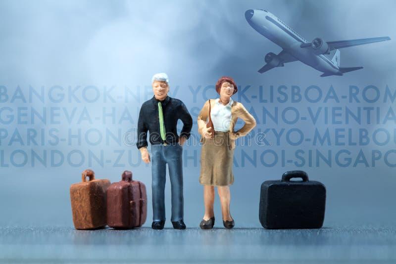 Gente miniatura - un par que espera en el aeropuerto cabildea foto de archivo libre de regalías