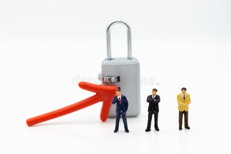 Gente miniatura: uomo d'affari con il masterkey L'uso di immagine per l'individuazione della soluzione per risolve il problema, c fotografie stock libere da diritti