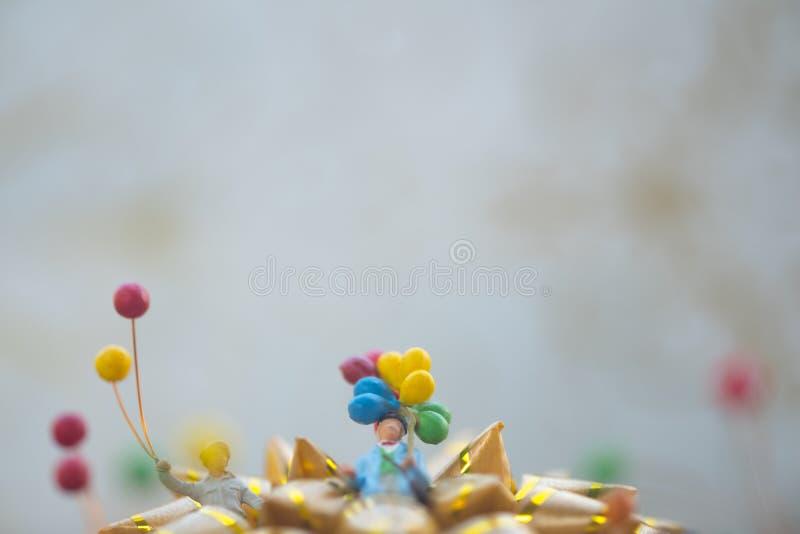 Gente miniatura: zio che tiene pallone Concetto di nuovo anno felice immagine stock libera da diritti