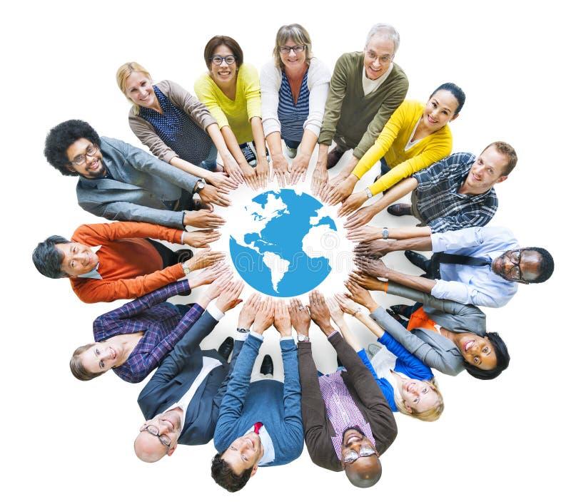 Gente multiétnica que forma el círculo y el globo imágenes de archivo libres de regalías