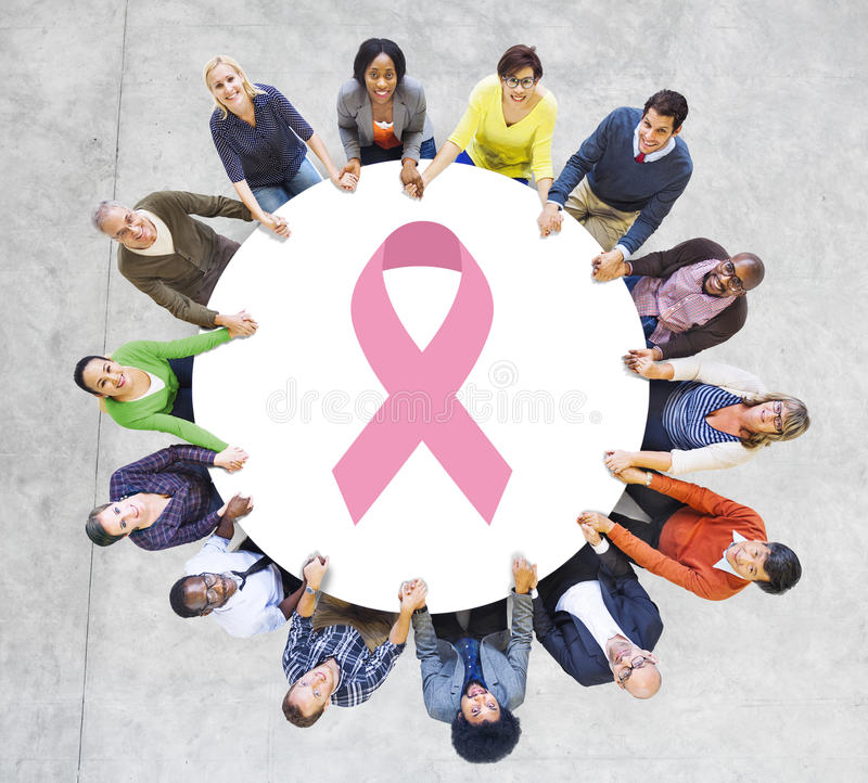 Gente multiétnica que lleva a cabo las manos para la fundación del cáncer de pecho fotos de archivo