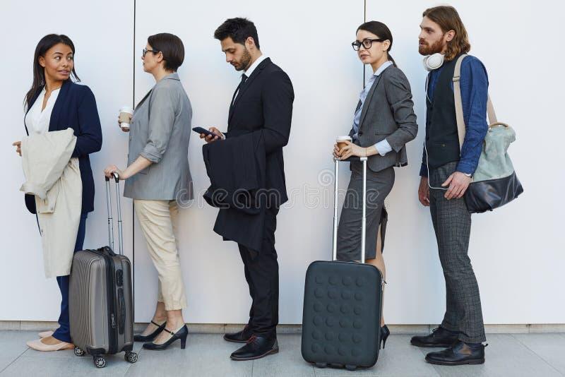 gente Multi-étnica con la situación del equipaje en línea fotografía de archivo