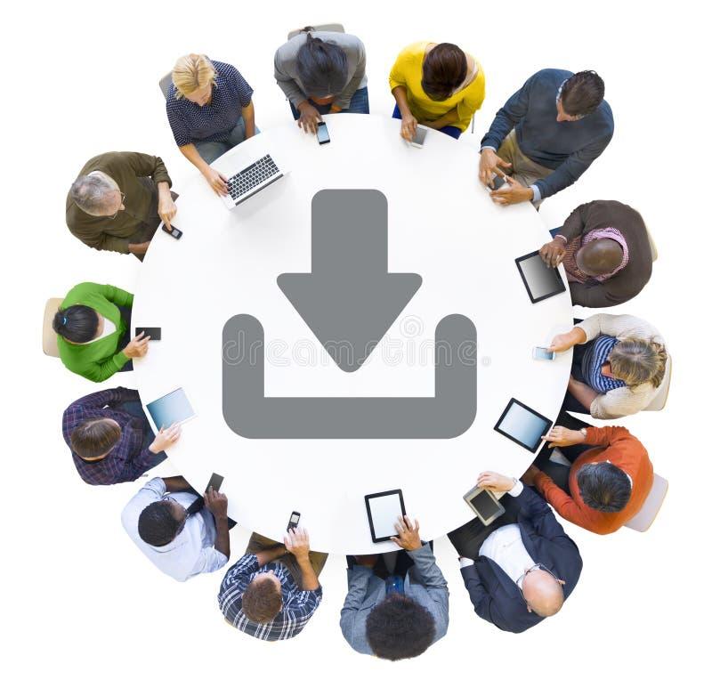 Gente multietnica che per mezzo dei dispositivi di Digital con il simbolo di download illustrazione di stock