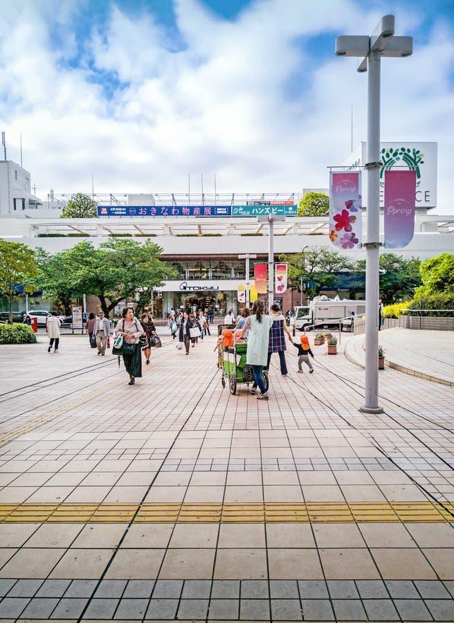 Gente no identificada cerca de la terraza de la Tama-plaza en la estación de la Tama-plaza, Yokohama, Japón foto de archivo